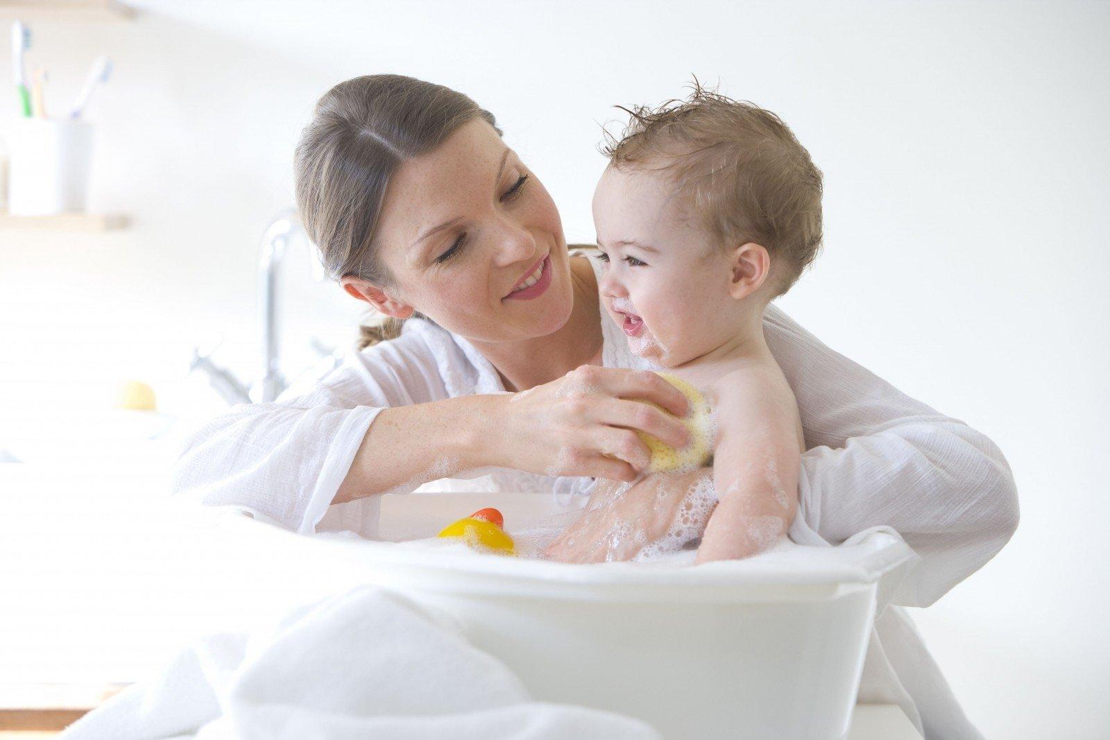 Trẻ bị mụn sữa phải làm sao? Trẻ bị mụn sữa tắm lá gì? - ảnh 1