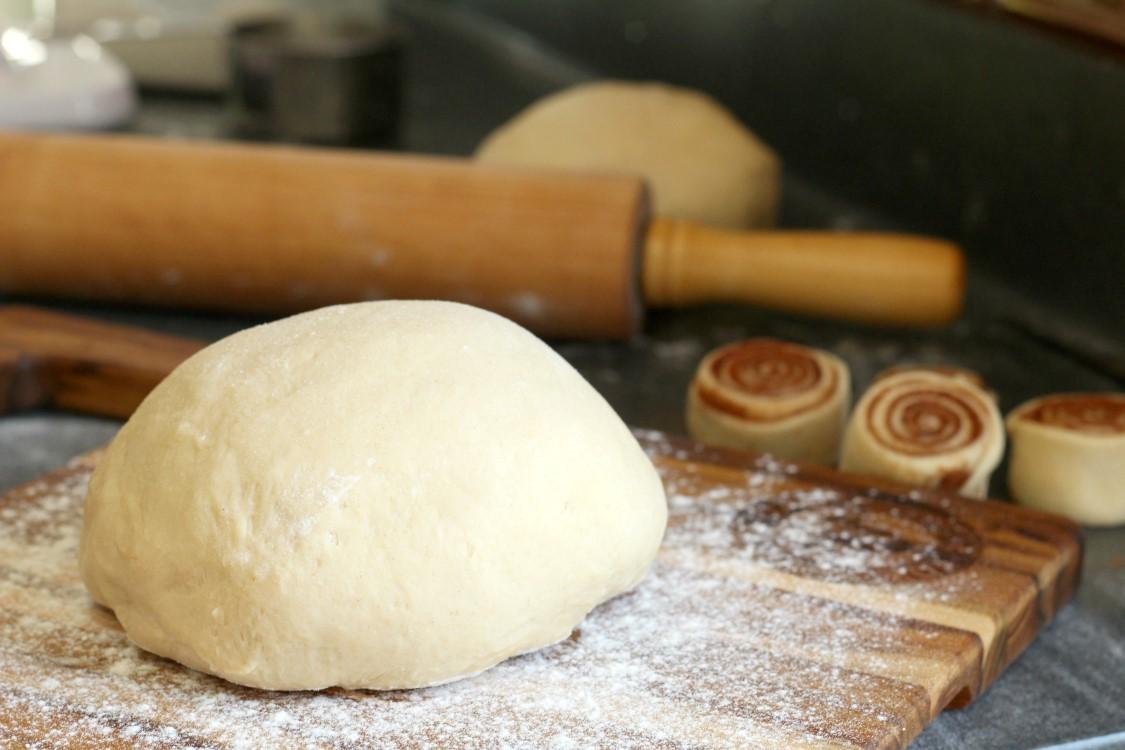 phủ bột khô trước khi nhào bột bánh