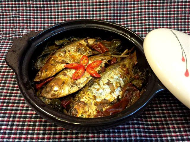 Kho cá mòi bằng nồi áp suất với dưa chua