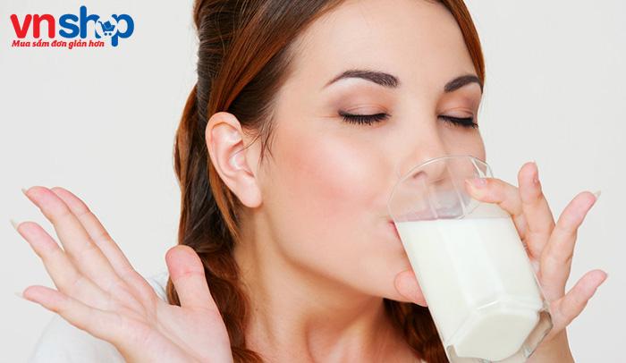 Sau sinh uống sữa tươi không đường được không