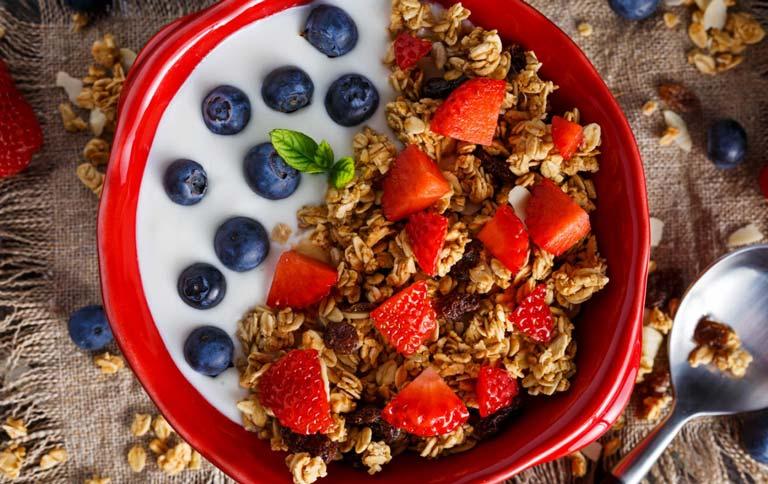 bữa sáng với yến mạch và quả mọng