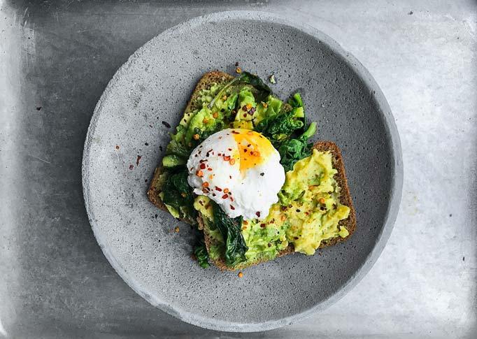 bữa sáng với bánh mì phết bơ trứng