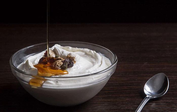 sữa chua làm bằng sữa tươi có đường đem tới hương vị thơm ngon đặc biệt khi thưởng thức