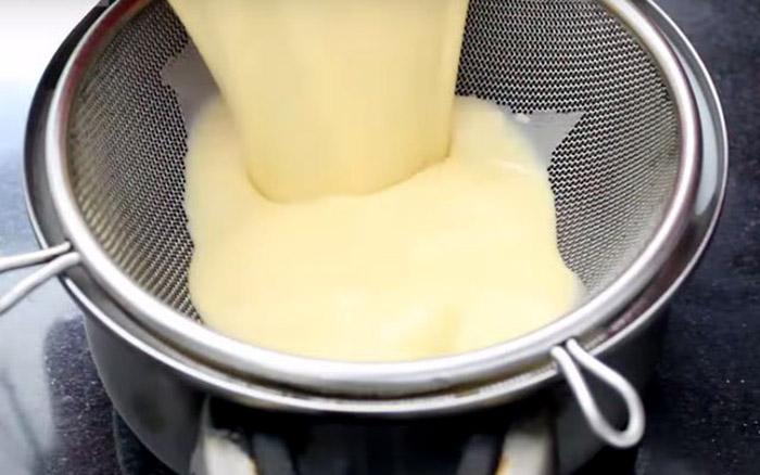 Tỷ lệ trứng và sữa khi làm bánh flan vô cùng quan trọng