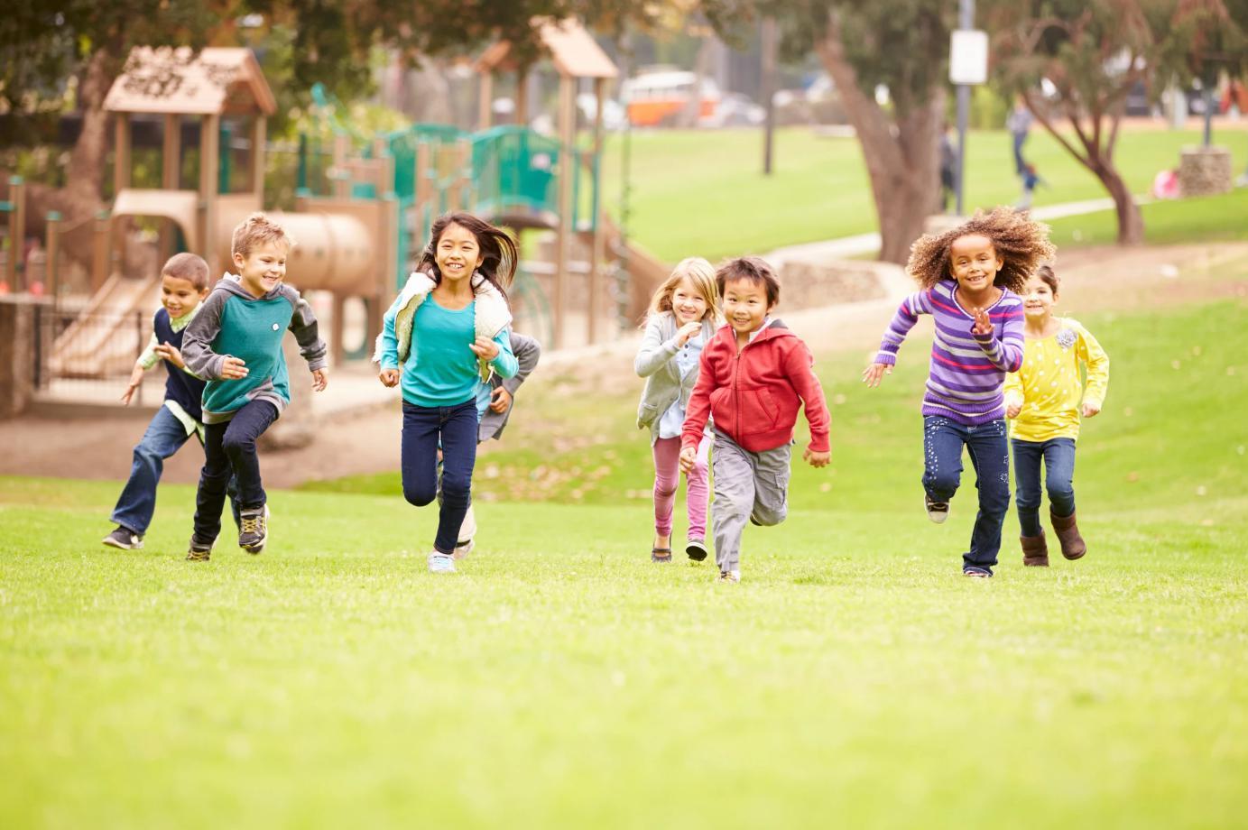 Trẻ bị sốt có nên nằm điều hòa không- Cho trẻ ra ngoài vận động-1