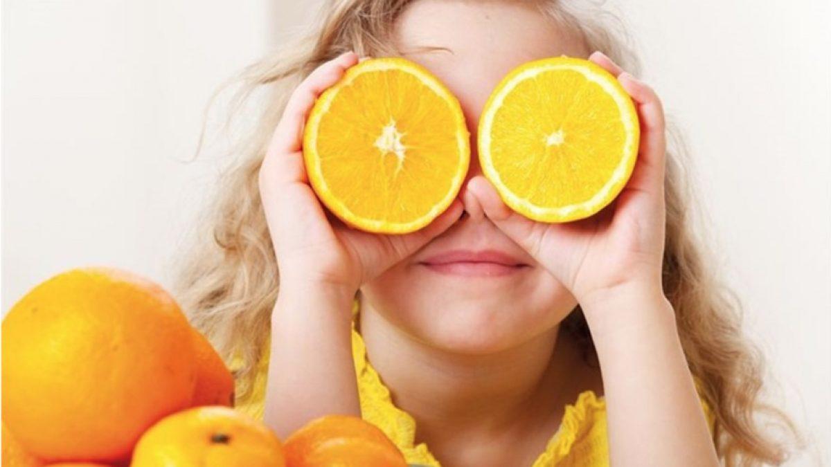 Trẻ bị sốt có nên nằm điều hòa không - Cho trẻ uống nước cam