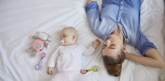 Trẻ bị sốt có nên nằm điều hòa không-main