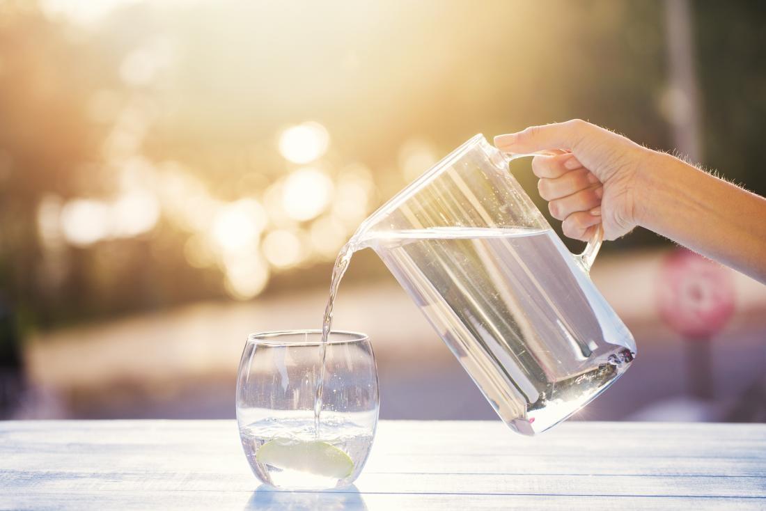 Uống nhiều nước giúp chống khô da khi sử dụng điều hòa